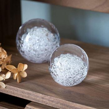 まるで雪の結晶を詰め込んだようなオブジェは、硬いガラスの間に挟んだ柔らかいガラスが時間をかけて少しずつ割れてく三層構造。時の流れを感じさせる繊細な表情が美しく、棚に飾ったりペーパーウェイトとしても使うこともできます。