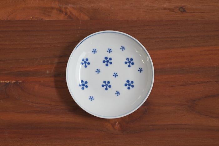大小の雪の結晶が散りばめられた磁器製の豆皿です。薄くて軽い作りながらも強度があるので、お茶請けや香の物をちょこんと乗せて、テーブルでさり気なく季節感を演出してみてください。