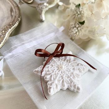 雪の結晶モチーフのアロマストーンは、アロマオイルを数滴垂らしてほのかな香りを楽しめるアイテム。玄関や洗面所、クローゼットに置けば、繊細なデザインと優しい香りに癒されます。