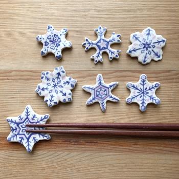 1点ずつ丁寧に絵付けされた半磁器製の箸置きです。小ぶりなサイズと北欧テイストの色使いが愛らしく、並べるだけで食卓に雪が優しく舞っているよう♪