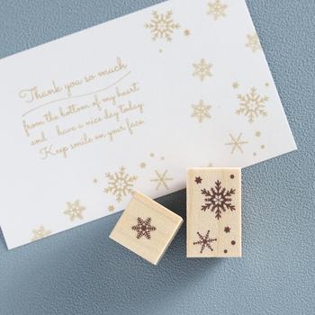 大人かわいい雪の結晶モチーフのスタンプは、細かな線まではっきりと表現。縦横気にせずに押せるデザインなので、カードや手紙、手帳のデコレーション、ラッピングなど、自由にいろいろ使えます。