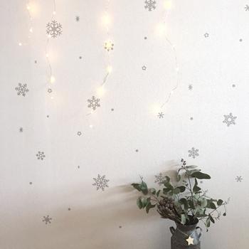 さまざまなサイズがセットになった雪の結晶モチーフのウォールステッカー。カラーバリエーションも豊富なので、お部屋の雰囲気に合わせて選べます。大小頃なるデザインを自由に組み合わせて壁面を彩ってみましょう。