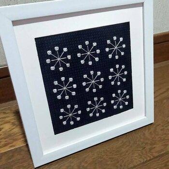 雪の結晶をシンプルなパターンの刺繍で表現したデザインフレーム。ネイビーの生地とのシックなコントラストが大人っぽく、玄関や階段脇などちょっとしたスペースに飾ってみませんか?