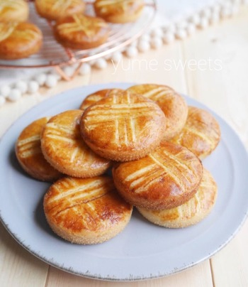 フランスの厚焼きクッキー、ガレットブルトンヌは、しっかりとした歯ごたえに小麦の香りがふわり。なめらかな口あたりのカフェオレがよく合いそうです。