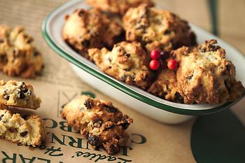 グラノーラの材料にも使われるオーツ麦を使った「オートミール」の生地に、レーズン、クルミ、チョコチップをたっぷり混ぜたざくざく食感のクッキー。マグカップでたっぷり淹れた中煎りコーヒーをおともに、何個でも食べられそう。
