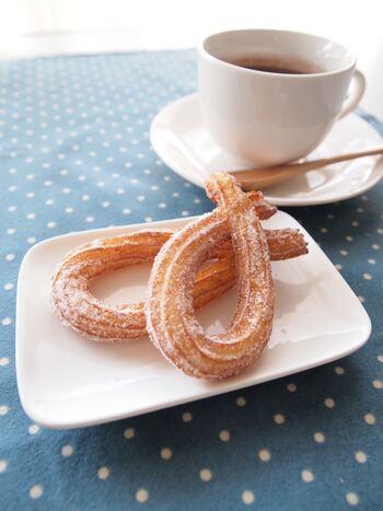 こちらもドーナツの仲間、ひねった紐のような形がかわいいチュロス。最後にまぶす粉糖にきなこを混ぜてもおいしいですよ。しっかり揚げた生地には、油分に負けない中深煎りコーヒーが合いそう。