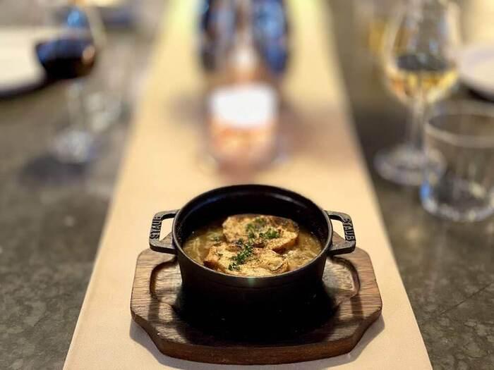 寒くなると食べたくなるオニオングラタンスープ。でも、自分で作るのはなかなか手間がかかるもの。本格的なスープをお取り寄せして、体の芯から温まりませんか?