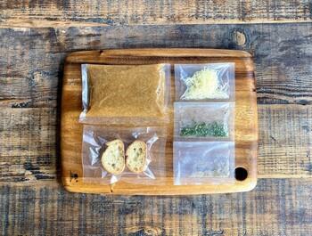 バケットやグリュイエールチーズ、パセリなどがセットになっているので、届いたらすぐに食べられるのがうれしいですね。