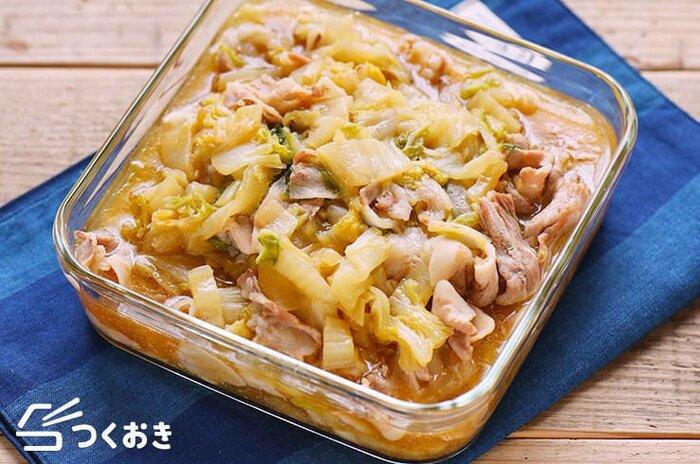 小さめなら1/2株、大きめなら1/4株。白菜たっぷりが美味しい豚バラ肉との重ね煮。白菜の芯は、斜め薄切りにすると火がしんまでとおって味が含みやすくなります。白菜から水分が出ますので、水は少なめでOK。仕上げにとろみをつければ、味がよく絡んで絶品。白いご飯がどんどん進みますよ。