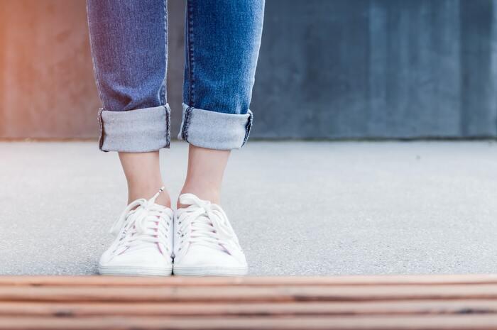 靴擦れは、足の形と靴の形のミスマッチによって起きるトラブルです。歩くたびに靴と肌が接触している部分が擦れてしまい、擦り剥けたり、ひどい場合には出血を伴うことも。また、長時間履き続けることで靴擦れが起きる場合もあります。試着したときは気にならなかったのに、遠出したら靴擦れした、なんてこともあるでしょう。