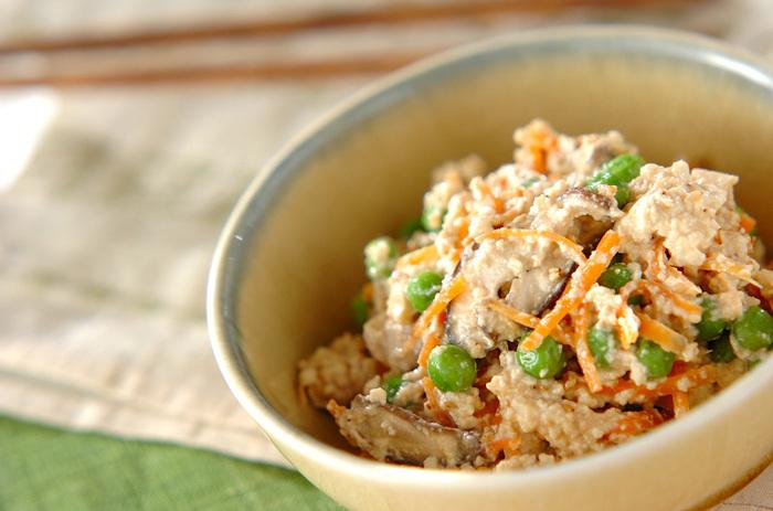 電子レンジは、豆腐の水切りにも使えるんです。時短になるので、忙しいときに便利。こちらは、レンジで水切りした豆腐で作る白和えです。人参や椎茸もレンジで調理して和えるので、とってもお手軽!