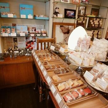 店内にはカフェスペースの他、焼き菓子が並んだコーナーも。お土産を合わせて買うこともできますよ。