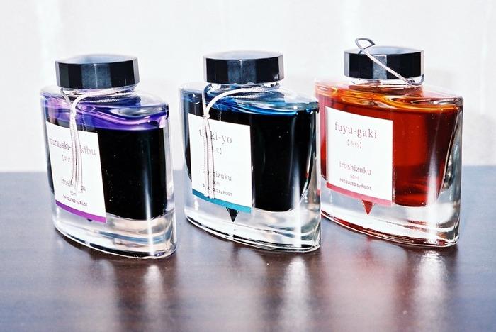 日本の美しい風景をイメージして作られた、パイロットのiroshizuku/色彩雫シリーズ。香水ボトルのようなおしゃれなパッケージと、日本のメーカーらしい繊細なカラーバリエーションで人気を集めています。1色買うならまずは、写真真ん中のブルーブラック「月夜(つきよ)」から。