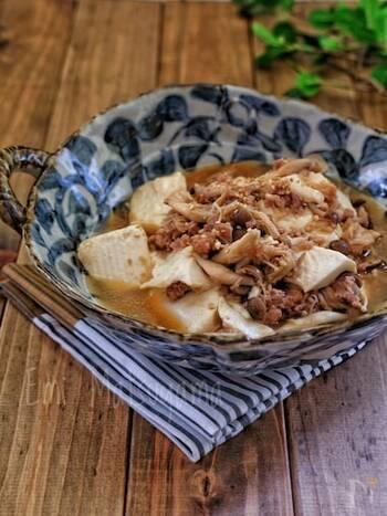 こちらはメインのおかずにも似合う、きのこを使った豆腐レシピです。エノキ1袋にシメジ1株と、きのこはたっぷり。豚ひき肉も入るので、食べ応えがあります。豆腐は後から、時間差で入れて調理するのがコツ♪