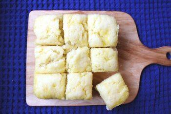電子レンジといえば、蒸しパンも外せないレシピのひとつですね。こちらは材料3つ。ホットケーキミックスと豆腐、サラダ油のみで作れる、モチモチ&しっとり食感の豆腐蒸しパンです。豆腐の水分が必要なので、水切りせずに使ってくださいね。