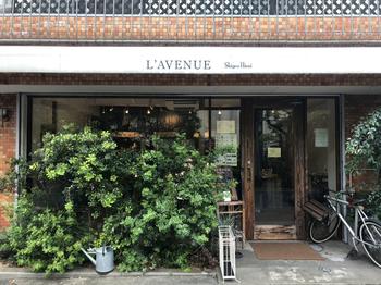 チョコレート職人の世界大会で優勝したシェフが2012(平成24)年にオープンしたお店が「L'AVENUE」。神戸では比較的新しいお店ではありますが、そのおいしさが評判を呼び、神戸スイーツを語る上で外せない有名店となっています。