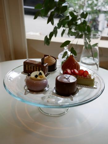 チョコレートだけでなく、ケーキも人気!イートインスペースはありませんが、徒歩5分ほどのところにあるシェフのお姉さんのスコーン専門店「スパーク」でドリンクを注文すればそちらでいただくことができます(持ち込み料が別途必要)。