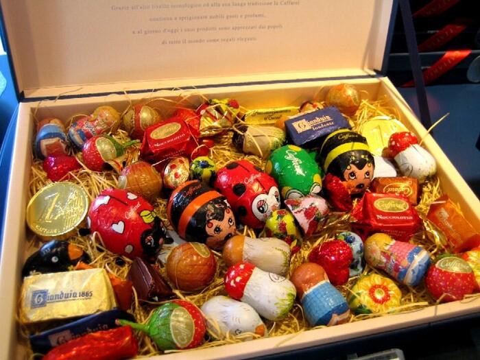 ギフトボックスはまるでおもちゃ箱のよう!童心に返らせてくれるようなチョコレートです。