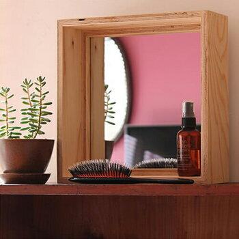 木目の力強い美しさと存在感のあるスクエアタイプの置き型ミラーは、建築現場で使用される構造用合板を組み合わせて作られています。27cm×27cmの小さめサイズで、フレームの上にコスメなどちょっとしたアイテムを置けて便利。付属のフックとネジを付ければ、壁に設置も可能です。