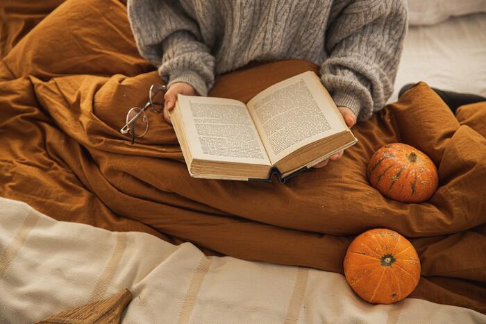 """「何をして過ごそう?」と考えた時に、なにも思い浮かばず、どうしたらいいのかわからないことはありませんか?この章でご紹介する本には、""""過ごし方のヒント""""が盛りだくさん。自分で選択することに疲れてしまった時には、本からヒントをもらってみてはいかがでしょうか。忘れていたものを思い出したり、「やってみようかな」と思えることが見つかるかもしれません。"""
