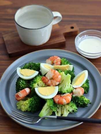 ブロッコリーにエビ、ゆで卵を合わせた、彩りも素材の相性もまちがいなし!の定番サラダ。シーザードレッシングは粉チーズとニンニクのコクを、レモン汁でさっぱりさせて、飽きの来ない味に。