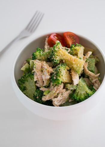 鶏ささみとブロッコリーのさっぱりヘルシーなサラダ。淡白なささみですが、しょうゆ、黒コショウや生姜、すりごまなどで風味とコクを足しています。