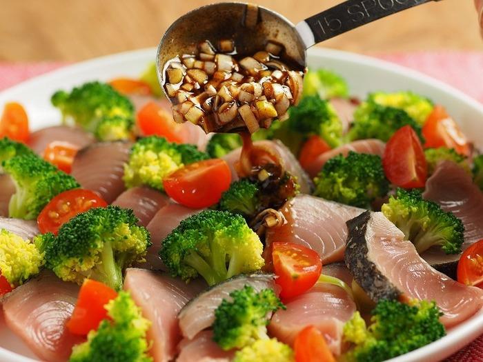これはもう一皿のごちそう!と言いたくなる豪華なサラダ。ブロッコリーと鰹のたたきを、にんにく、しょうが、ラー油を合わせた辛みあるタレでいただきます。鰹のたたきは市販のものを使ってらくちん調理。