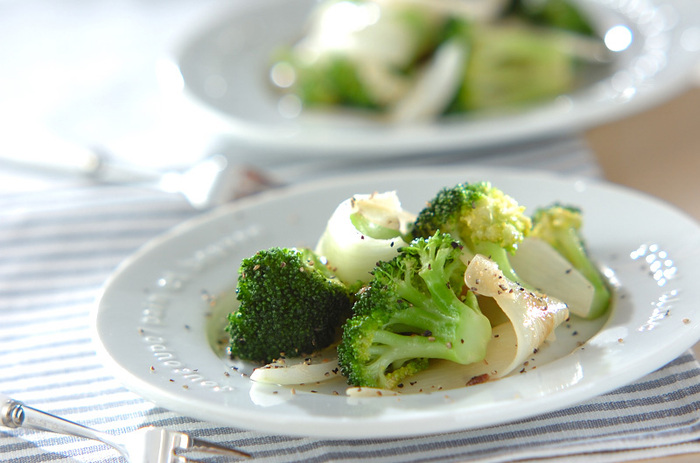 ニンニクとアンチョビ、白ワインがふわっと香る大人の温サラダ。ブロッコリーは蒸して芯までやわらかく。軽く炒めてオイルの香りを移します。
