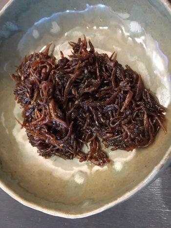 神戸・垂水の発祥で、兵庫の春の風物詩となっているのが「いかなごのくぎ煮」。いかなごは小魚のことで、折れ曲がった古釘のような形をしていることから「くぎ煮」と呼ばれています。甘辛くてご飯が進む郷土料理です。