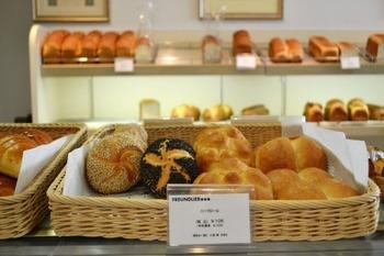 神戸はおいしいパン屋さんが多いことでも有名。フロインドリーブもそんなベーカリーの一つです。フロインドリーブを創業したハインリッヒ・フロインドリーブは、ドイツパンを日本に広めた第一人者。ドイツパンの他、フランスパンやイギリスパンも並べられています。
