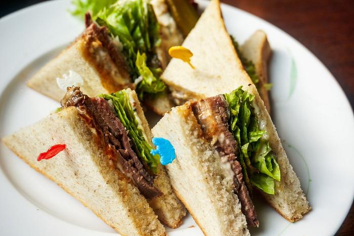 2階のカフェでは、フロインドリーブのパンを使ったサンドイッチがいただけます。一番人気は「オリジナルローストビーフ サンドウィッチ」。しっとりと柔らかい自家製のローストビーフをオニオン・サニーレタス・デミグラスソースなどと共に挟んだ豪華なサンドイッチです。