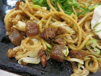 神戸のB級グルメとして有名なのが「ぼっかけ」。神戸市・長田区の発祥で、すじ肉とこんにゃくを甘辛く煮た料理です。そのぼっかけを混ぜた焼きそばが食べられるのが「長田本庄軒」。