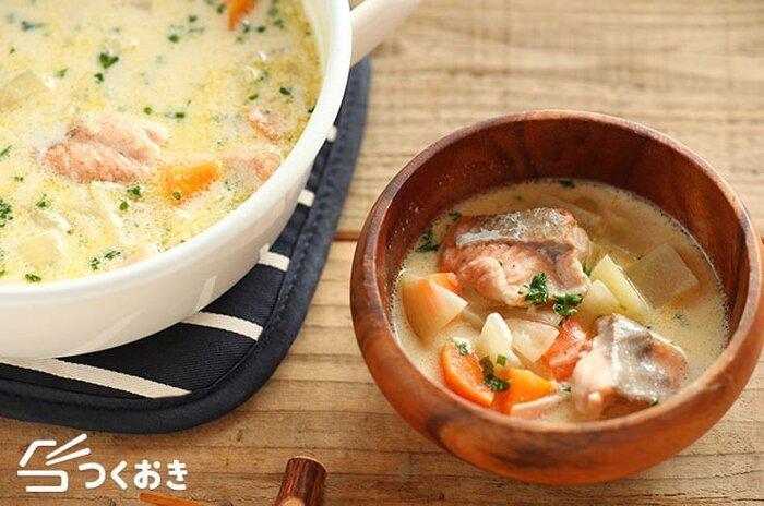鮭をたっぷり加えた、サーモンチャウダーです。鮭と野菜のうま味が溶け込んだスープは、ほっこりやさしいお味♪鮭は生鮭など、無塩のものがおすすめなのだそう。サーモンの身はくずれやすいので、取り出す際には注意して。