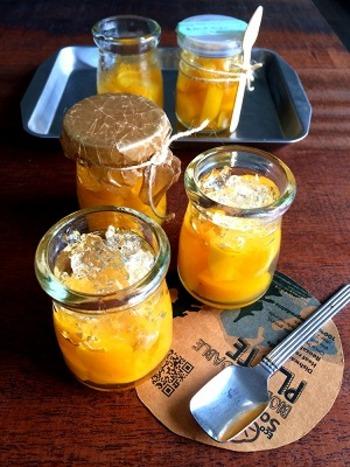 固めに仕上げたゼリーはクラッシュにして、トップに飾るようにすると、キラキラした反射が素敵な黄桃ゼリーが出来上がります。  もっとふんわりやわらかい、ふるふるっとした食感がお好みの場合は、水の分量を増やすことで食感を変えられます。