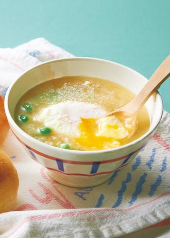 シンプルな材料でおいしく♪グリンピースとポーチドエッグのオニオンスープです。ポーチドエッグを加えることで栄養価もアップ!寒い冬の朝食に体も温まりますよ。パンと合わせて召し上がれ。