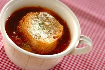 栄養たっぷり♪トマトオニオンスープです。バターとチーズを控え、代わりにトマトをたっぷり加えてヘルシーに仕上げています。コクのあるスープとガーリックトーストを合わせて召し上がれ♪
