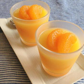 ベースの部分をオレンジジュースで作る色鮮やかなみかんゼリーです。飾り用に取り分けておいたみかん以外は、すべて混ぜ込んでしまうので、食べごたえもばっちり。  オレンジジュースは電子レンジで加熱するので、火を使うこともなく、安全につくれます。子供がひとりで作るはじめてスイーツとしてもおすすめです。