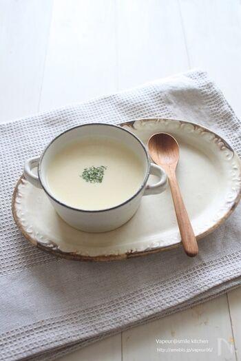 ヘルシーな豆腐を使ったコーンポタージュです。水切りした豆腐をミキサーなどでなめらかになるまで撹拌して使います。煮込んだスープを裏ごしするひと手間を加えるだけで、おいしさも一段とアップするのだそう。夏は冷やして食べても◎なめらかなのど越しよい味わいを楽しんで♪