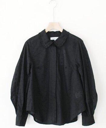 ドッド柄の刺繍が軽やかなブラウス。シックなブラックは、カジュアルorオケージョン、様々なシーンで活躍してくれそう。ふわっと風を孕んだようなシルエットも素敵ですよ。