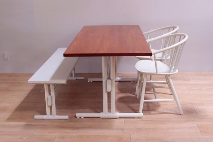 こちらは椅子とベンチとセットになったものではありますが、同じようなチーク材のヴィンテージの椅子と合わせても素敵ですよね。レッグの白もインテリアの中でアクセントになるはず!