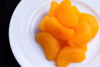 おうちにストックしやすい「みかん缶」や「桃缶」。基本的にはゼラチンや寒天を混ぜ合わせて冷やし固めるだけで、美味しいぷるぷるスイーツが出来上がります。