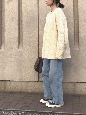 下に向かって裾が少し広がったニットは、そのシルエットをより楽しむために1枚で着こなすのもおススメ。デニム+スニーカーでカジュアルに。