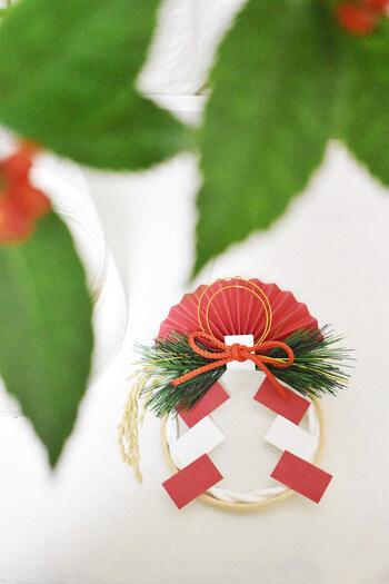 お正月飾りを部屋に飾ることは神様を迎える準備。運気もアップし気分も盛り上がりますよ。リースやフラワーの和洋モダンなデザインなら、オシャレでインテリアにも馴染みやすいですね。