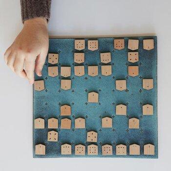 将棋は難しそう・・・と諦めている方におすすめの家将棋。駒の動きを点と線であらわした家の形をした可愛い将棋は、感覚的に楽しむことができるので、初心者やお子さんにも最適です。見た目もオシャレなのでインテリアとして置いておくのも素敵♪