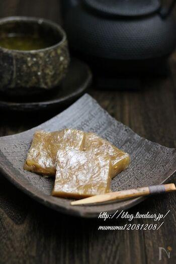 東北・北関東の名産・くるみゆべし。白玉粉や砂糖などの調味料を混ぜてレンチンしてから、煎ったくるみ、金ごまを加えて再度加熱、最後に成形して出来上がり!レンジ調理でも本格的な味わい♪出来立てを召し上がれ。
