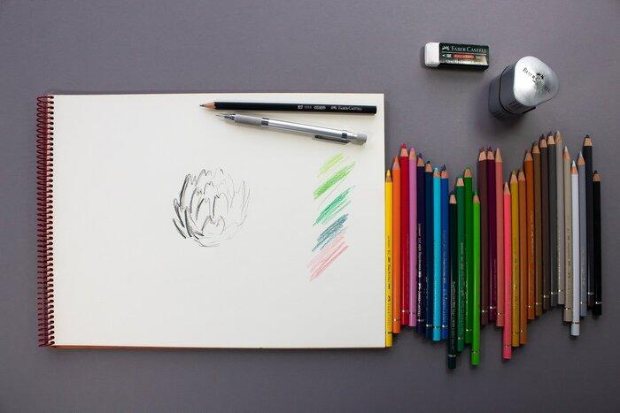 色鉛筆画に必要な基本の道具は、色鉛筆、紙、鉛筆削り、消しゴムです。 色鉛筆と紙は、どんなテイストの色鉛筆画を描きたいかによっても変わってくるので、最初は手持ちの物や安価なもので試してみるのがおすすめです。