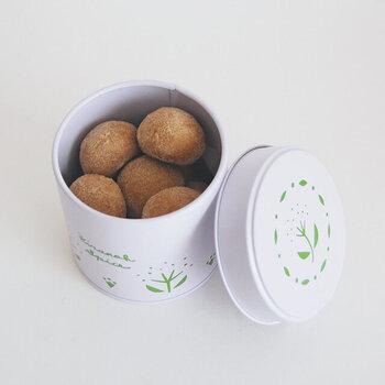 バターと卵不使用で、国産小麦と洗双糖(せんそうとう)なたね油、ココナッツで作られています。ザクザクの歯触りがクセになるおいしさで、ベジタリアンやヴィーガンの方にもおすすめです。