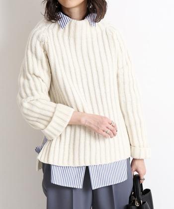 縦ラインの編み目が綺麗なニットには、同じく縦ラインのストライプシャツを合わせてみてはいかがでしょうか?ニットとの色味のコントラストと異素材感によっていい感じにマッチングするでしょう。