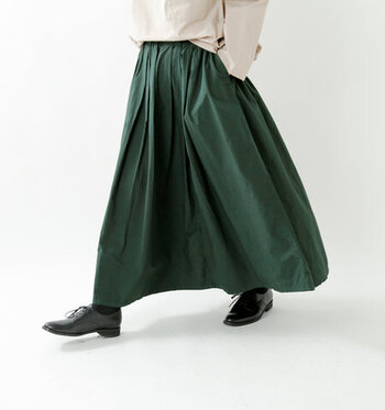 たっぷり生地を使ったマキシ丈スカートは、贅沢な気分にさせてくれるアイテム。薄くて軽く、それでいて丈夫なタイプライター生地は、しなやかなシャリ感が魅力的。動く度、裾が揺れ、表情が変わる様も素敵です。