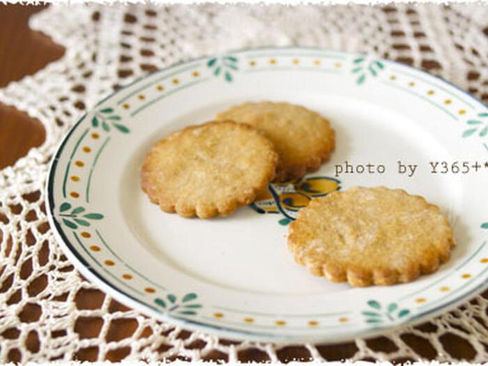 卵やバターを使わず作る、全粒粉の素朴な味わいを楽しむやさしい甘さの型抜きクッキー。生地を混ぜてこねたら型を抜いて焼くだけなので簡単にできるのも嬉しい。お子様と一緒に作るのもおすすめです♪